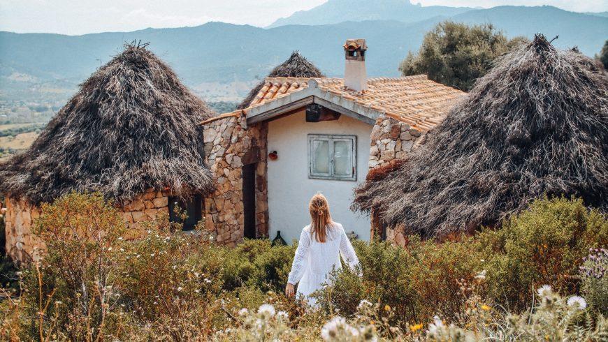 Capanne dell'hotel Essenza Sardegna, all'interno del Parco Naturale di Tepilora