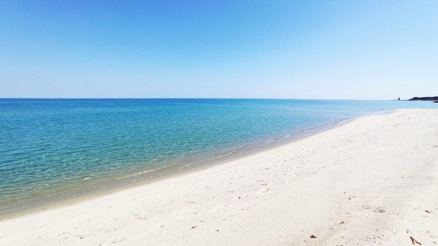 Spiaggia deserta con mare cristallino e sabbia bianca