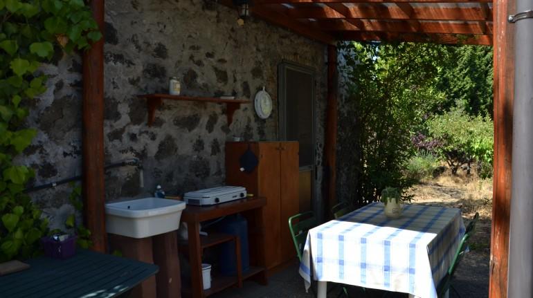 Cucina all'esterno della casa di paglia felcerossa