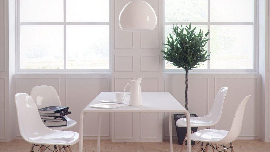Stanza minimalista, con tavolo, sedie e lampada bianchi