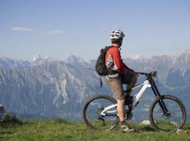 Ciclista tra le montagne