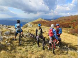 Gruppo di ciclisti tra le montagne in Slovenia
