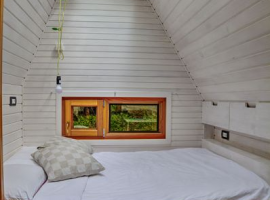 Glamping in Slovenia: camera da letto con lucernaio