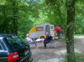 Turisti che fanno glamping in Slovenia al campeggio Koren