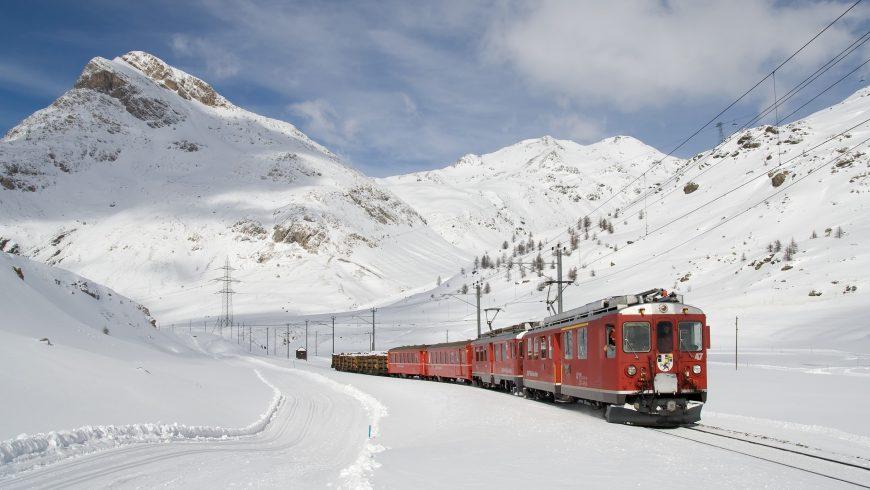 trenino rosso nel paesaggio innevato