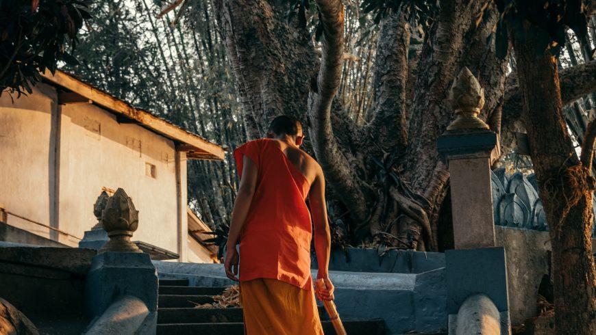 monaco che pulisce un tempio di Luang Prabang, Laos