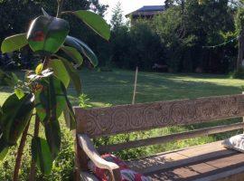 Panchina artigianale in legno al b&b Civico 75