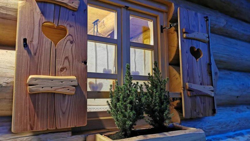 finestra in legno dell'eco-chalet in croazia