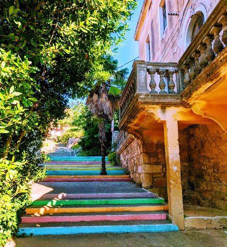 scalinata colorata a Iž, una delle isole meno note della Croazia