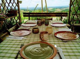Pranzo con le ceramiche originali create da Robert Cross