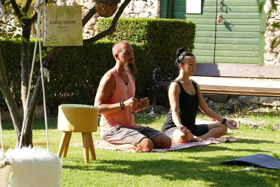 un uomo e una donna praticano yoga durante la loro vacanza digital detox
