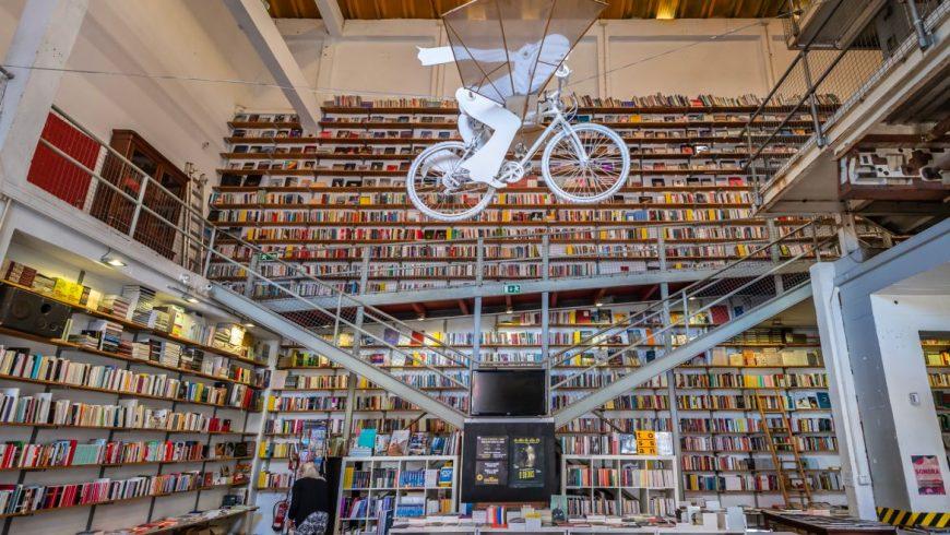 Biblioteca a Lisbona. Foto di lxfactory.com