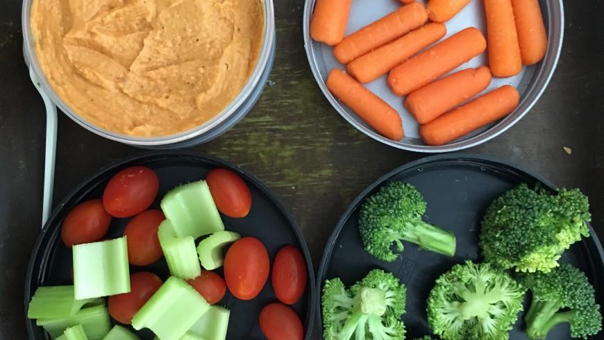 carote, sedani, pomodri e hummus