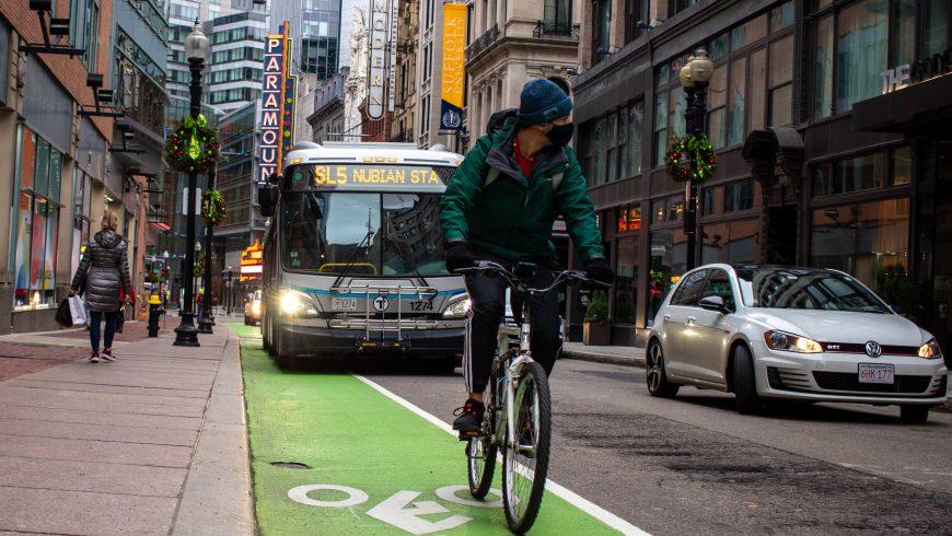 ciclista in una grande città