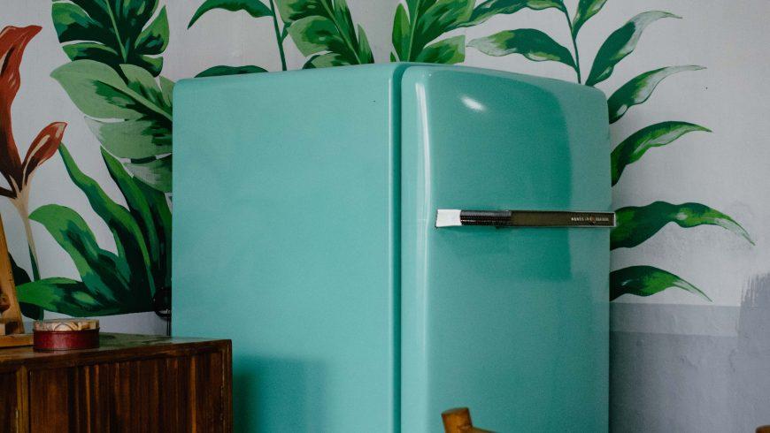 frigo in una casa, che si può impostare con una temperatura più bassa quando si è in vacanza