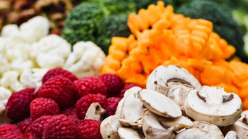 frutta e verdura: mangiare meno carne è importante per proteggere gli animali a rischio estinzione