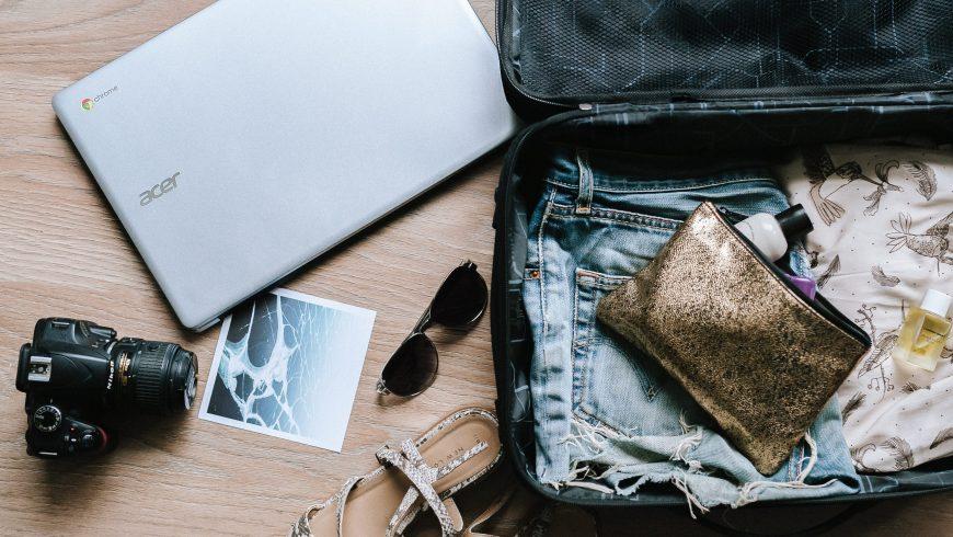 valigia preparata per le vacanze, meglio portare il minimo indispensabile