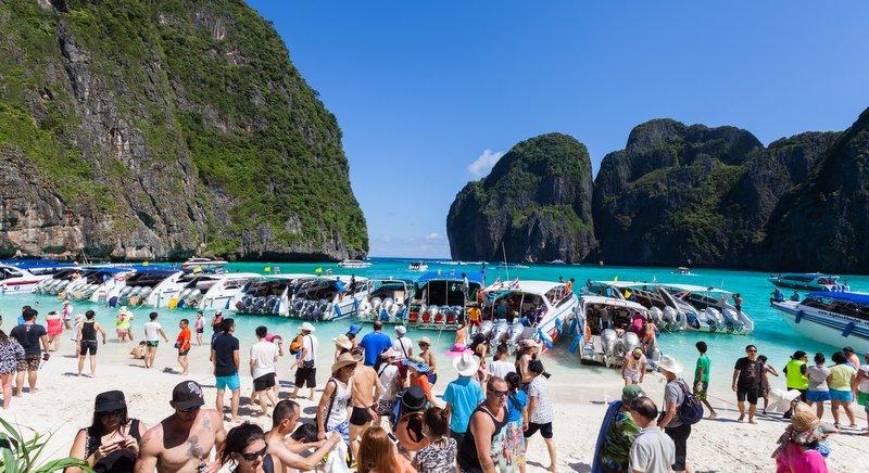 Fenomeno dell'Overtourism in una spiaggia