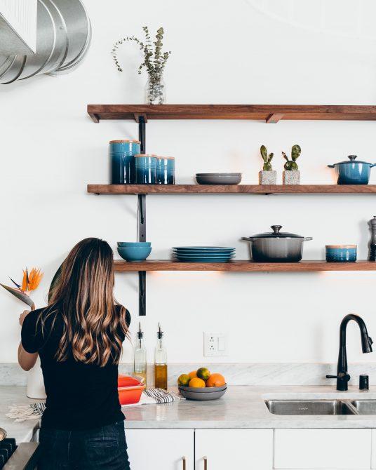 persona minimal, che segue i consigli eco-friendly di shopping