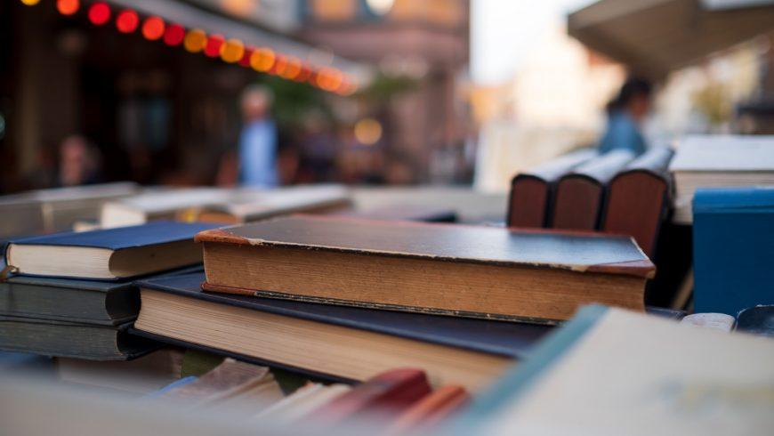 mercado di libri second-hand, dove si possono seguire i consigli eco-friendly di shopping
