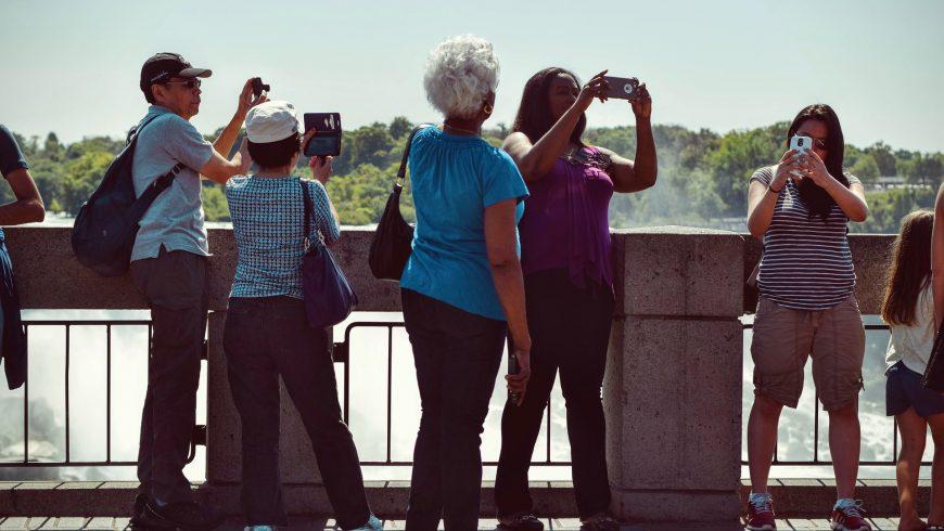 Turisti che si fanno selfie, tipico del fenomeno dell'Overtourism