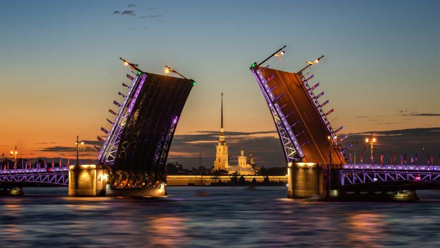 San Pietroburgo, ponte che si apre nelle notti bianche