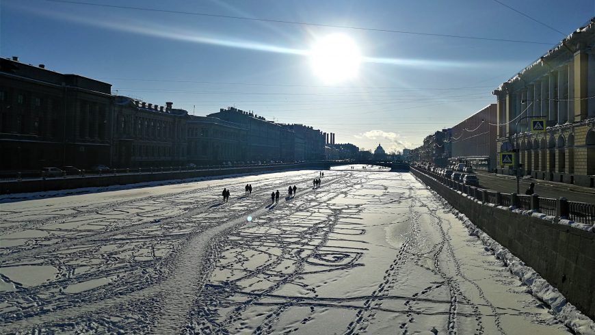 persone che camminano sulla Neva ghiacciata