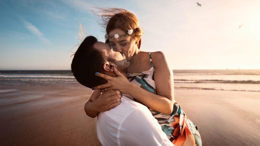 coppia che si bacia in spiaggia