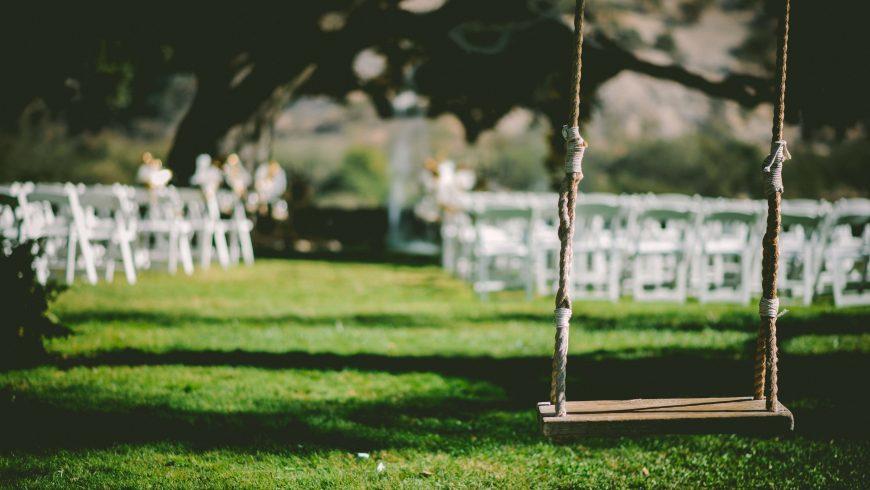 altalena come decorazione di un matrimonio all'aperto
