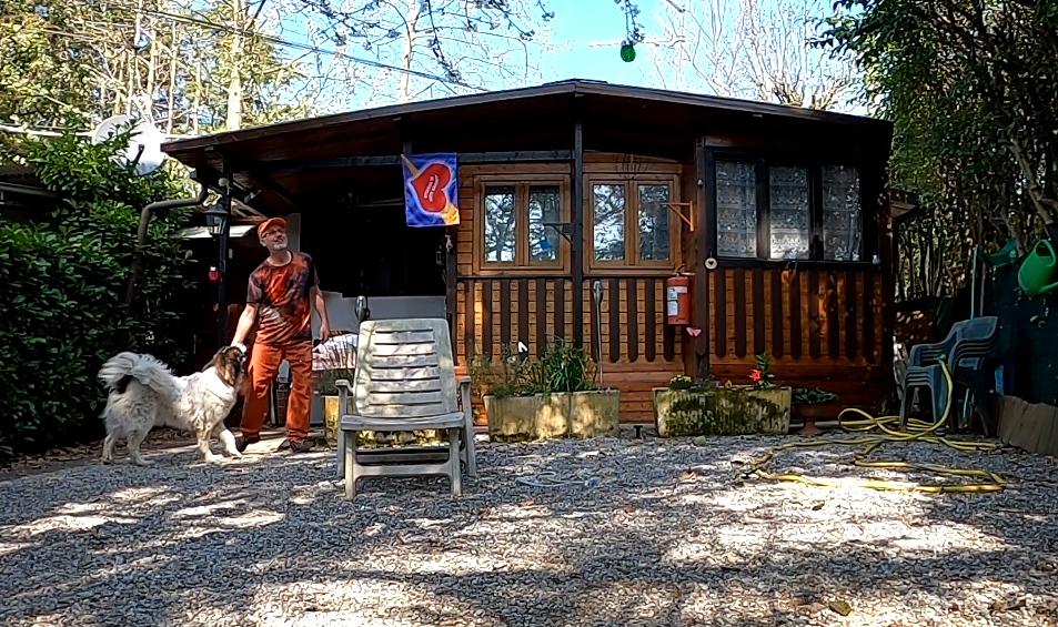 Paolo con il cane nel campeggio dove vive