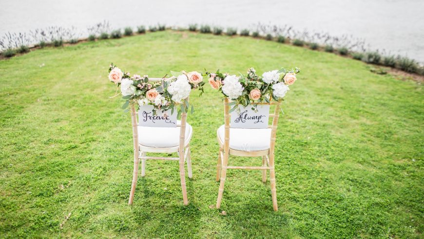 Decorazioni di sedie per matrimonio con i fiori e il nome degli sposi
