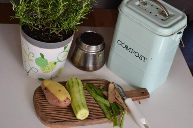 Scarti di cucina per il compost per un giardino eco-friendly
