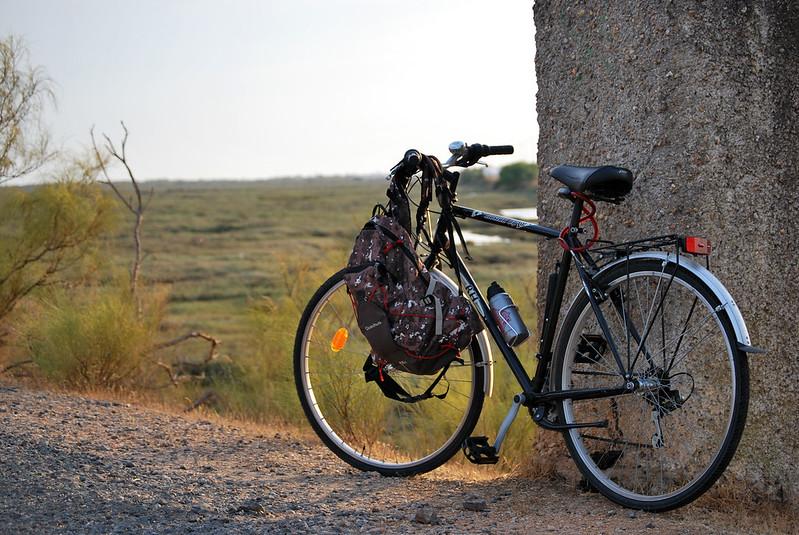 bicicletta appoggiata su un muretto