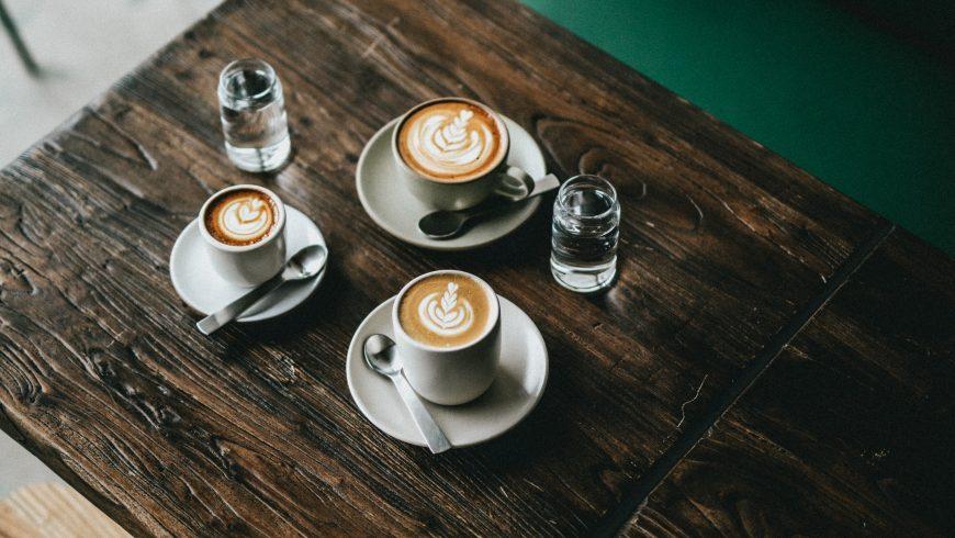 Tavolo con tazzine di caffè