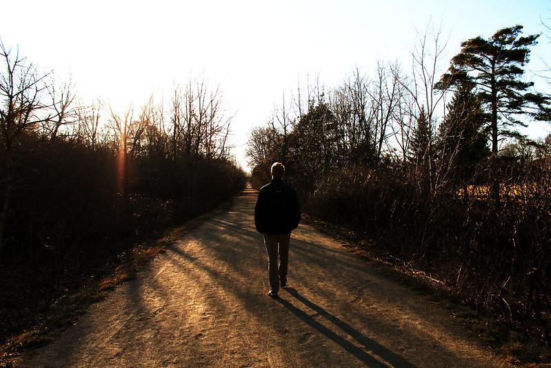 uomo che passeggia