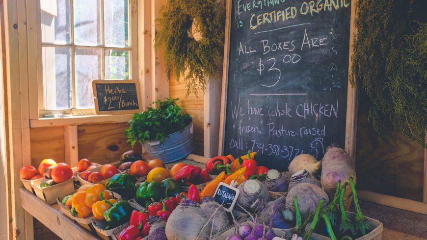 cibo locale, pomodori, peperoni, ecc