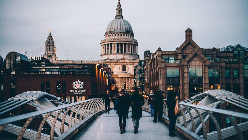 Persone che camminano a Londra