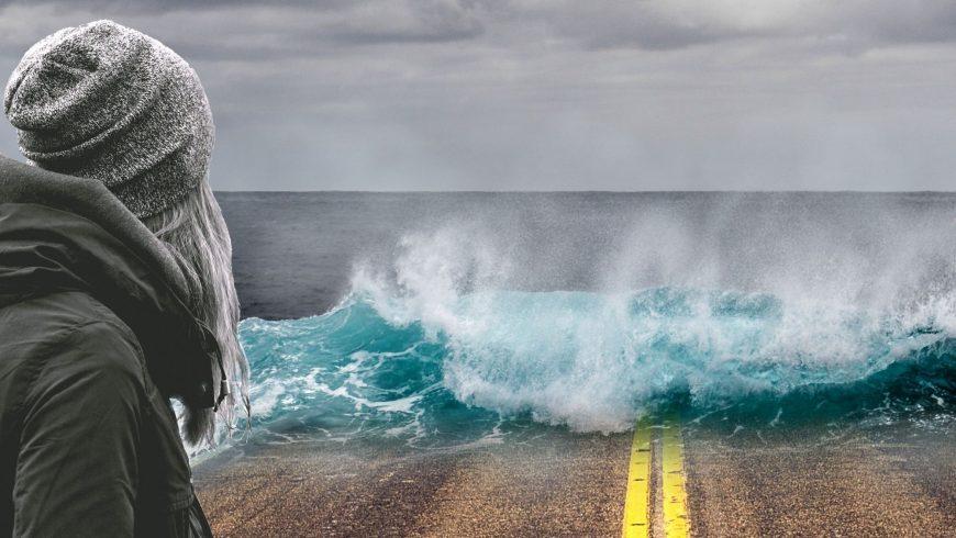 L'acqua inghiotte la strada