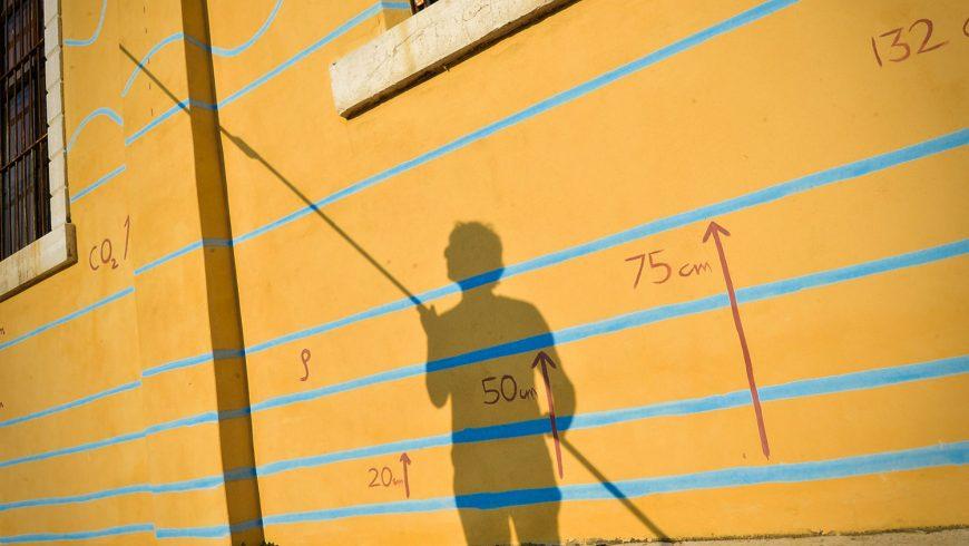 opera d'arte, uomo con un bastone che misura il livello dell'acqua