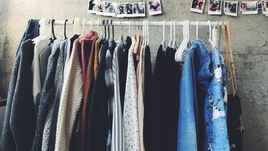 Vestiti appesi di seconda mano per delle abitudini sostenibili