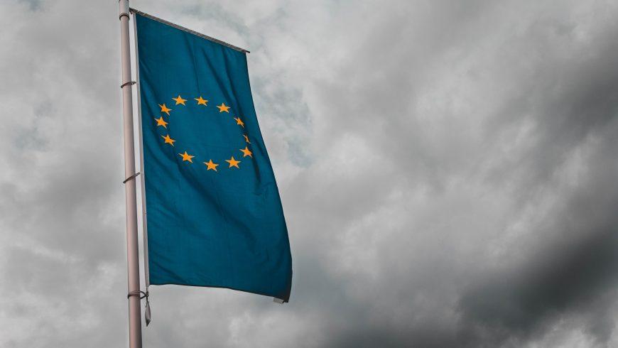Unione Europea, bandiera, nuvole, strategie contro i pesticidi